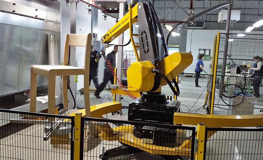 Przykład zastosowania robota do lakierowania krzeseł.