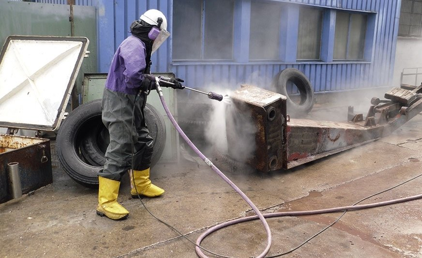 Usuwanie starej powłoki myjką ciśnieniową to jeden z pokazów praktycznych kursu FROSIO.
