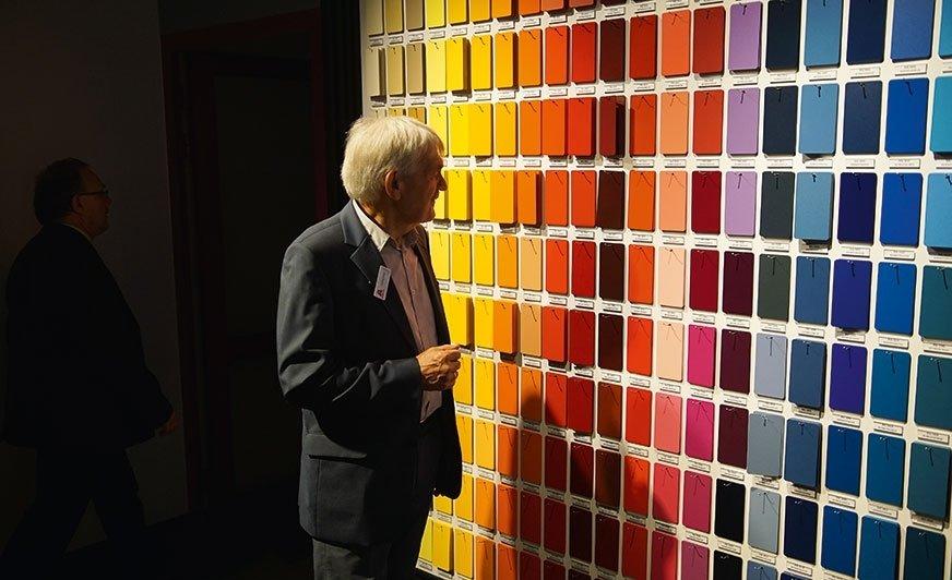 W siedzibie firmy Axalta w Łodzi stworzono miejsce, w którym prezentowane jest ponad 800 kolorów i efektów farb proszkowych dostępnych dla każdego.