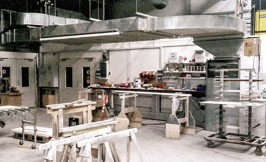 W nowej hali produkcyjnej firmy Padati GmbH kabina lakiernicza została umieszczona w części warsztatowej. Nie zabiera ona wiele miejsca i jest łatwo dostępna. Źródło: Höcker Polytechnik
