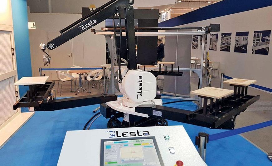 Absolutna nowość – robot 6-osiowy MV zintegrowany z 3-ramienną karuzelą, obrotnicą detali oraz skanerem.