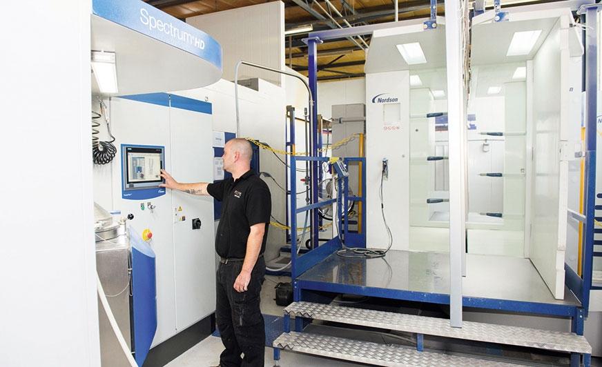 Instalacja Nordson w Secal Ltd. Na zdjęciu Andrew Simpox.