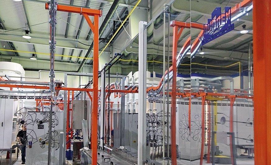 Widok na malarnię. Po prawej tunel przygotowania powierzchni wykonany z wysokiej jakości stali.
