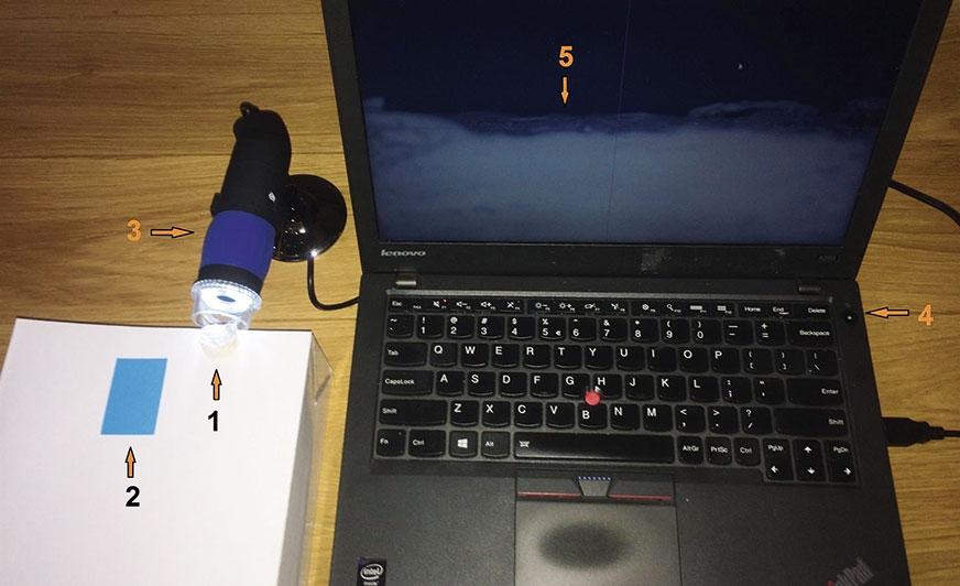 Polowe stanowisko do badania grubości powłoki na nierównym podłożu mineralnym.  1 – badana próbka; 2 – folia wzorcowa (w tym przypadku na potrzeby zdjęcia umieszczona obok); 3 – mikroskop; 4 – komputer przenośny; 5 – mikroskopowy obraz powłoki.