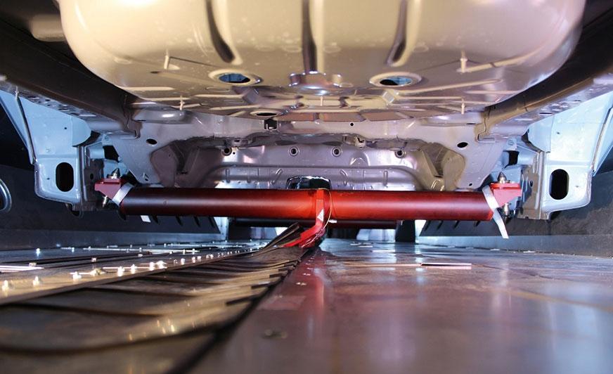 """Transport karoserii przez lakiernię bez przenośników typu """"skid"""" zapewnia oszczędność energii i zwiększa elastyczność podczas malowania, ponieważ prędkość transportu można regulować w zależności od etapu procesu. Fot. Eisenmann"""