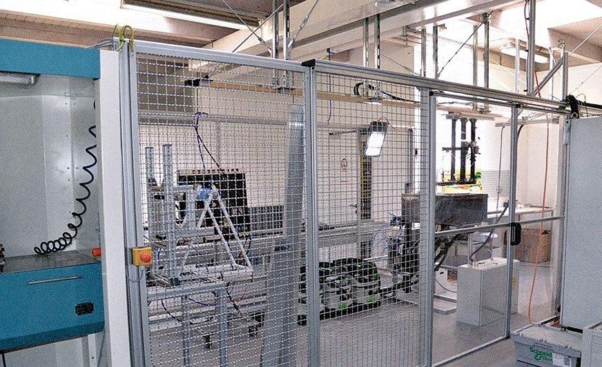 Niedawno otwarty zakład doświadczalny wykonuje między innymi prace rozwojowe dopasowane do indywidualnych wymagań klienta. Szyna liniowa o długości ok. 7 m i maks. obciążeniu zawieszonego przedmiotu obrabianego 30 kg transportuje go z prędkością do 2 m/s.