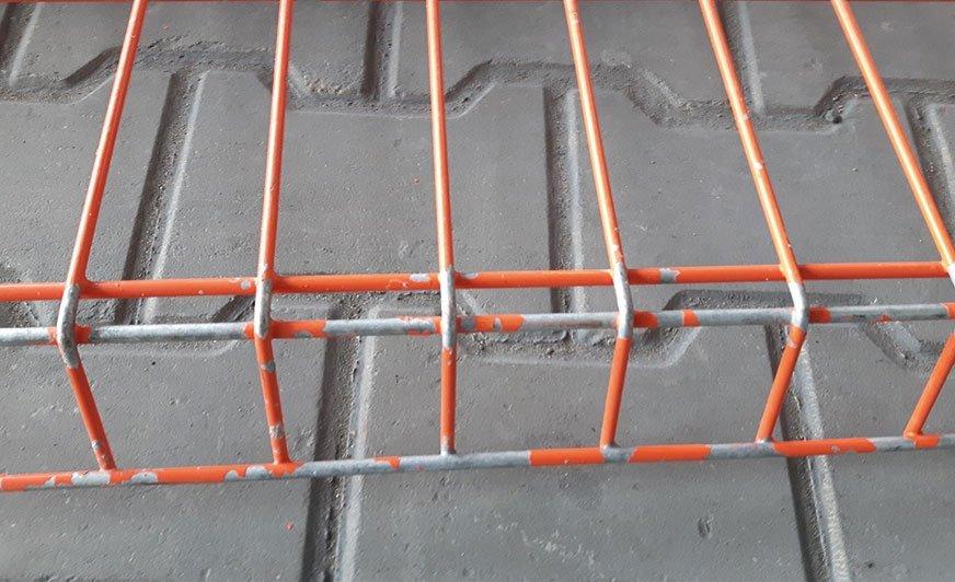 Fot. 1. Odwarstwienie powłoki proszkowej na skutek niewłaściwie przygotowanego podłoża stali ocynkowanej ogniowo przed malowaniem [fotografia własna autorów].