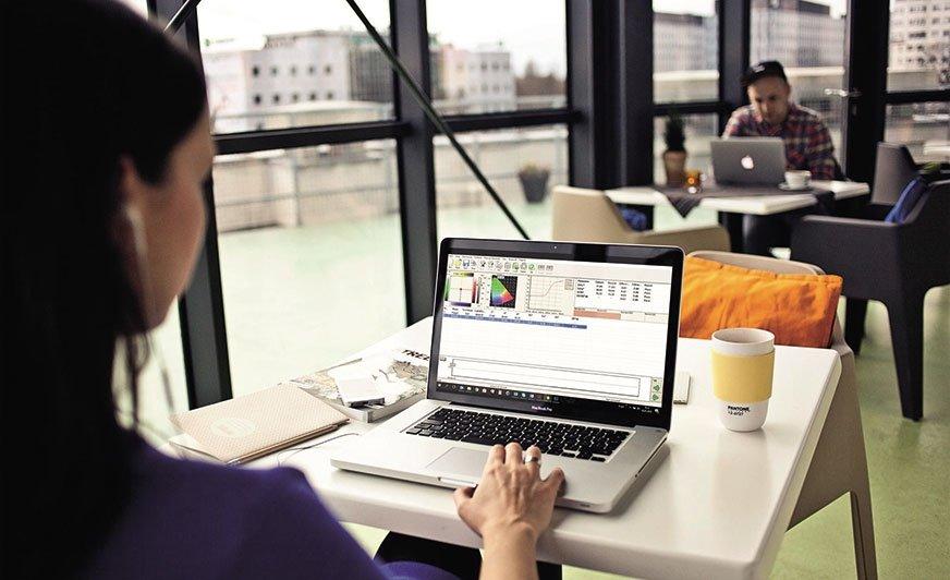 Oprogramowanie do kontroli jakości ColorQC umożliwiające podłączenie instrumentu do komputera.