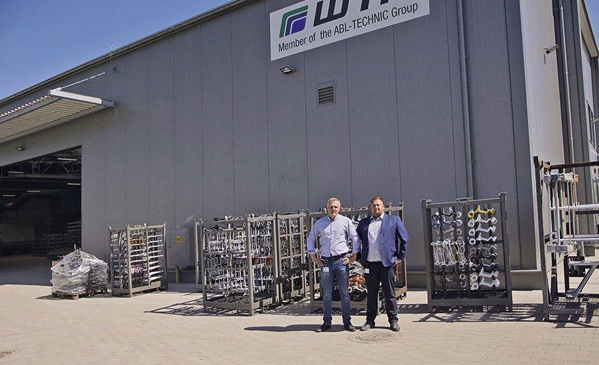 Marcin Maśluk, doradca techniczo-handlowy (po lewej) i Artur Ziółkowski, dyrektor przedsiębiorstwa, przed nowym zakładem WTP w Dopiewie.