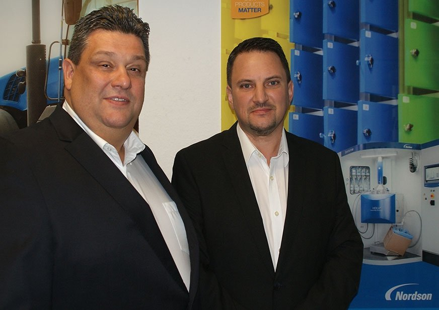 Michael Lazin (po lewej), sales manager OEM Packaging D-A-CH w Nordson Deutschland GmbH, Mario Hahn (po prawej), central sales manager w Nordson Industrial Coating Systems Europe.