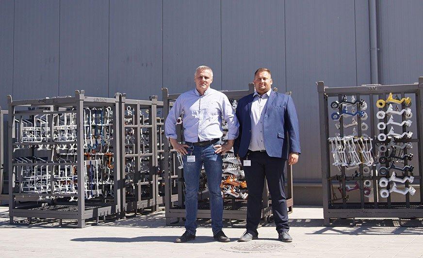 Marcin Maśluk, doradca techniczno-handlowy (po lewej) oraz Artur Ziółkowski, dyrektor przedsiębiorstwa, przed nowym zakładem WTP w Dopiewie.