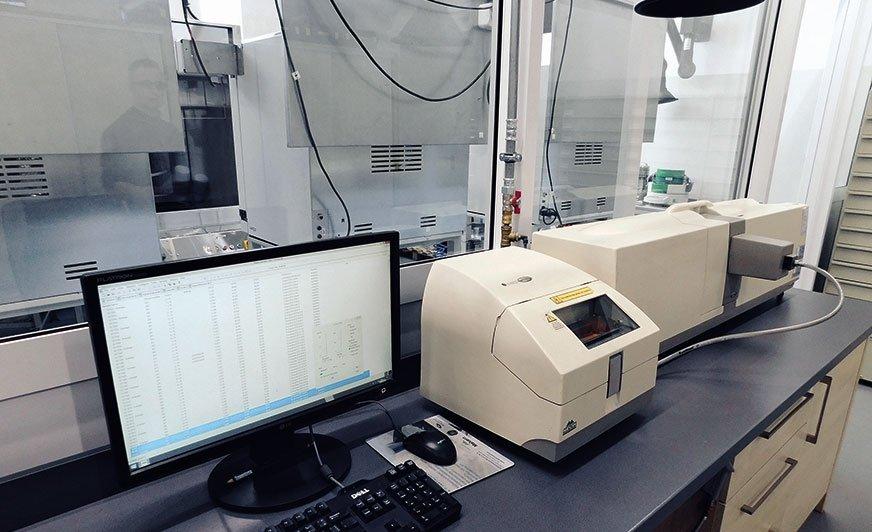 Analizator wielkości cząstek do badania uziarnienia farby proszkowej.