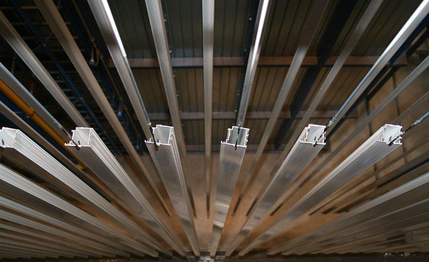 Alufinish GmbH oferuje dla lakierni pionowych produkty do przygotowywania powierzchni aluminium odpowiadające wymaganiom jakościowym stowarzyszeń jakości GSB i Qualicoat.