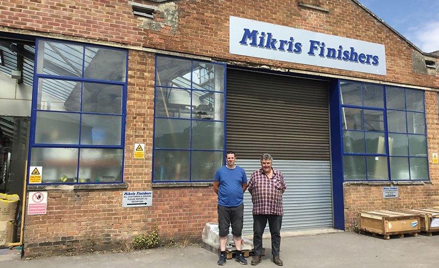 Chris oraz Philip Buckle przed rodzinną firmą zajmującą się przemysłem wykończeniowym.