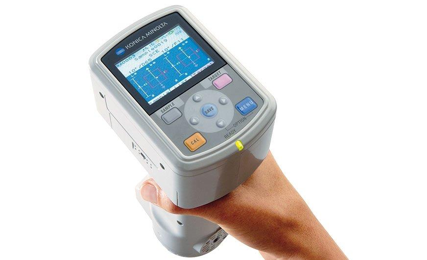 Przenośny spektrofotometr CM-700d o geometrii sferycznej i pionowej konstrukcji.