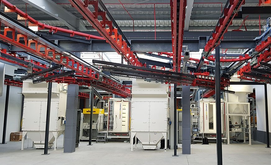 Automatyczna linia do lakierowania proszkowego z systemem transportu P&F wraz z dwiema kabinami Super Cube.