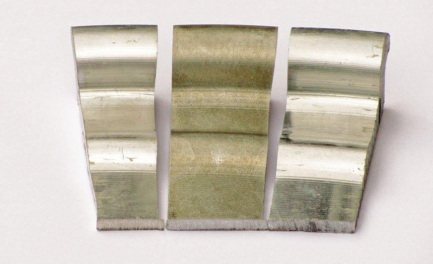Części felg po zdjęciu farby – od lewej do prawej: alkaliczny produkt odlakierowujący miękki (120°C) / kwas siarkowy (80°C) / kwaśny miękki produkt do usuwania farby (80°C).