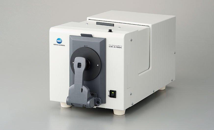 Spektrofotometr stacjonarny CM-3700A o geometrii sferycznej.