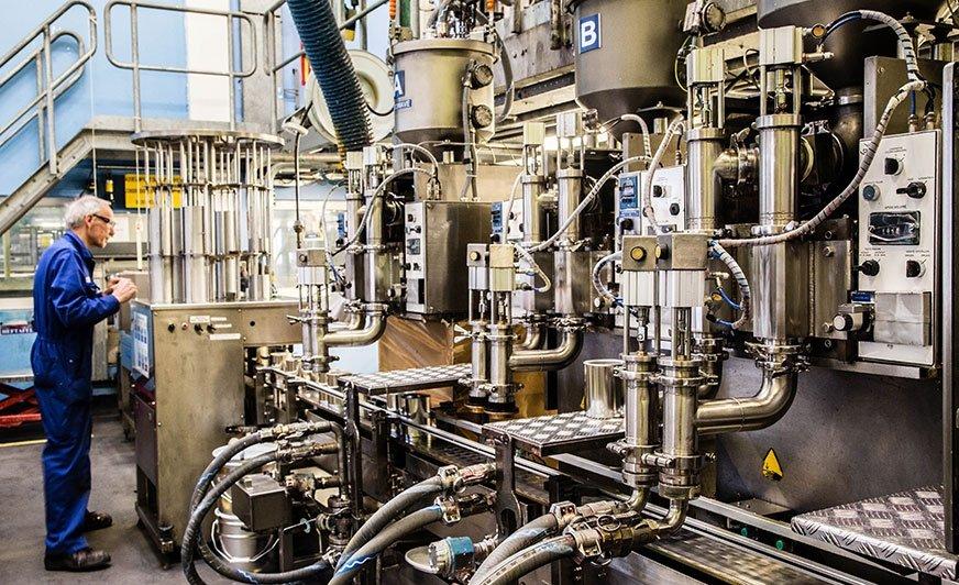 Fot. Technik laboratoryjny sprawdza proces produkcji farb w zakładzie AkzoNobel w Sassenheim.
