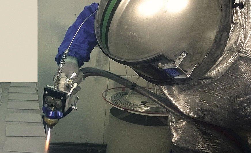 Fot. 1. Metalizacja – natryskiwanie cieplne cynku.