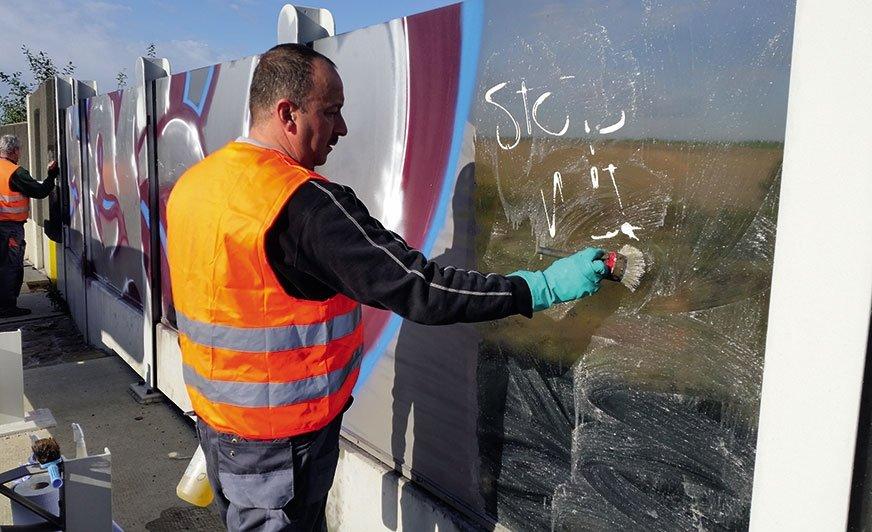 Chemiczne usuwanie graffiti z plexiglasu preparatem AGS 560.