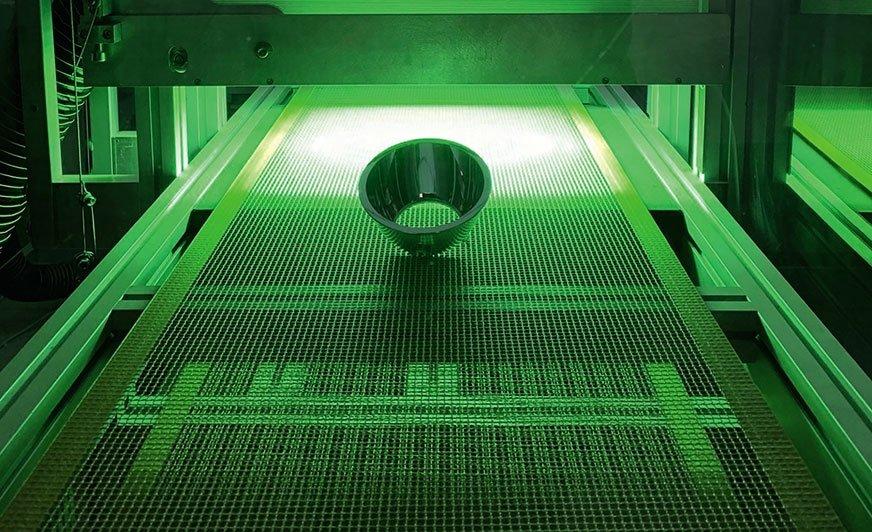 Plazma próżniowa w połączeniu z farbą UV stanowi skuteczną alternatywę dla metalizacji części z tworzyw sztucznych. Fot. Arsonsisi