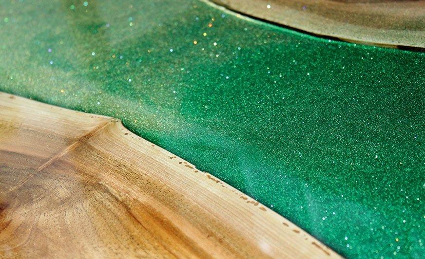 Dzięki połączeniu drewna i żywicy można stworzyć modne i spersonalizowane meble.