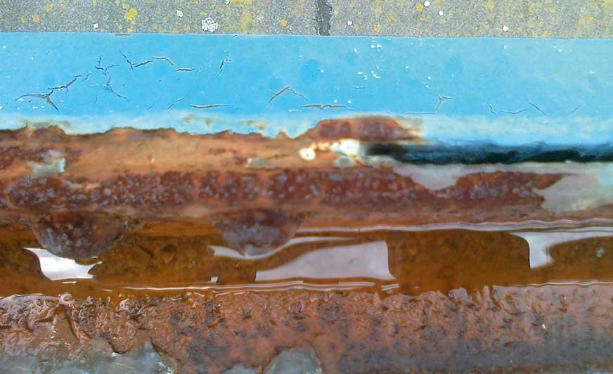 Fot. 1. Korozja spowodowana przez stale zalegającą wodę.