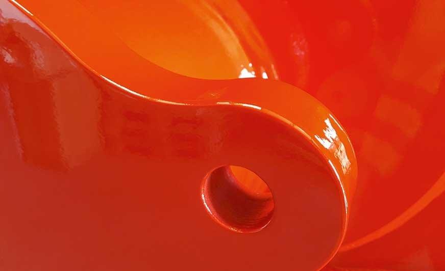 Powłoka nawierzchniowa musi charakteryzować się wymaganą odpornością mechaniczną, a także atrakcyjną optyką z połyskiem powyżej 90 jednostek skali pod kątem 60°.