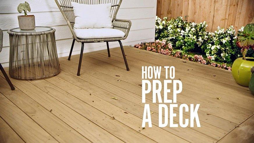 Aby utrzymać drewno tarasowe w dobrej kondycji, trzeba je regularnie odświeżać, pokrywając nową warstwą ochronną bejcy lub lakieru.