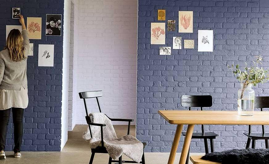 (1) Ceglana ściana – pomalowana na wyrazisty kolor – nada naszemu wnętrzu oryginalny charakter. Źródło Dulux