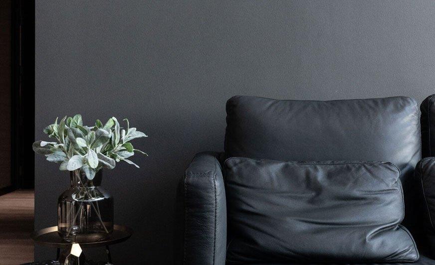 Ciemne odcienie szarości nadadzą domowemu biuru elegancki, nowoczesny charakter. Źródło: Hallman Lindsay