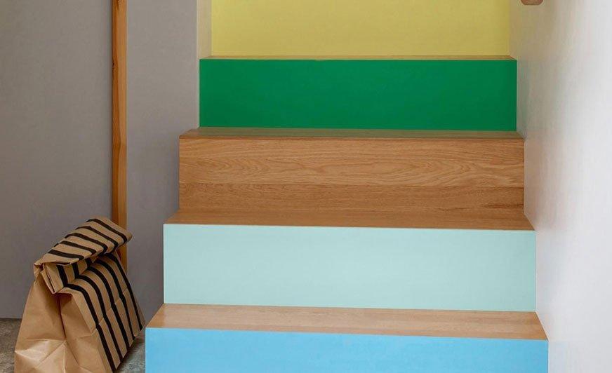 Jeśli nasze schody pomalujemy w kolorach tęczy, nadamy im nietuzinkowy, radosny wygląd. Źródło: Dulux