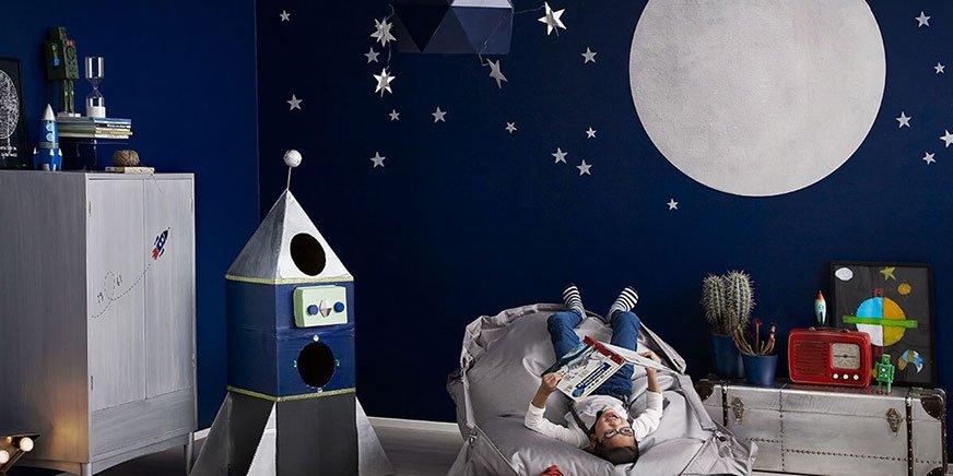 Aby przemienić pokój dziecięcy w stację kosmiczną, wystarczy trochę srebrnej i fluorescencyjnej farby. Fot. Tikkurila