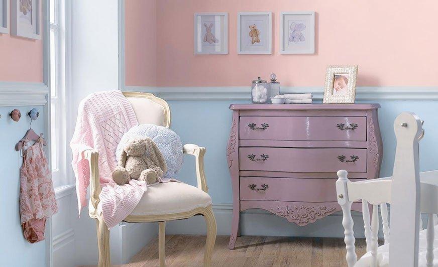 Pokój dziecięcy nie musi kolorystycznie pasować do płci dziecka. Ważne, by jego kolorystyka koiła nerwy i zachęcała do odkrywania świata. Źródło: Dulux