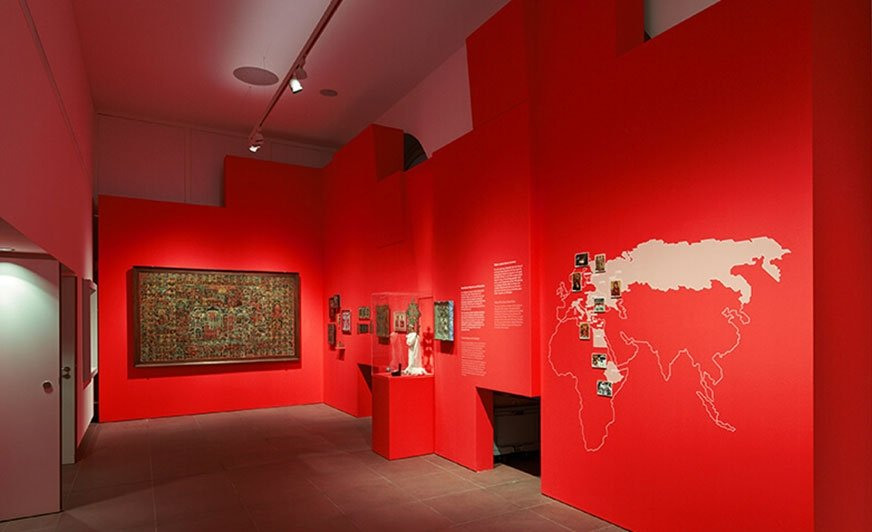 """Intensywna czerwień 114 """"Hysteria"""" z palety firmy Caparol całkowicie odmieniła wnętrza Muzeum Ikon we Frankfurcie nad Menem."""