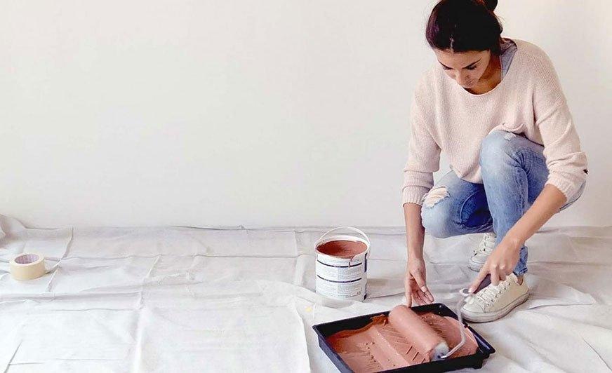 Aby uzyskać pożądany efekt malowania wałkiem, wystarczy znać kilka prostych zasad. Źródło: Dulux