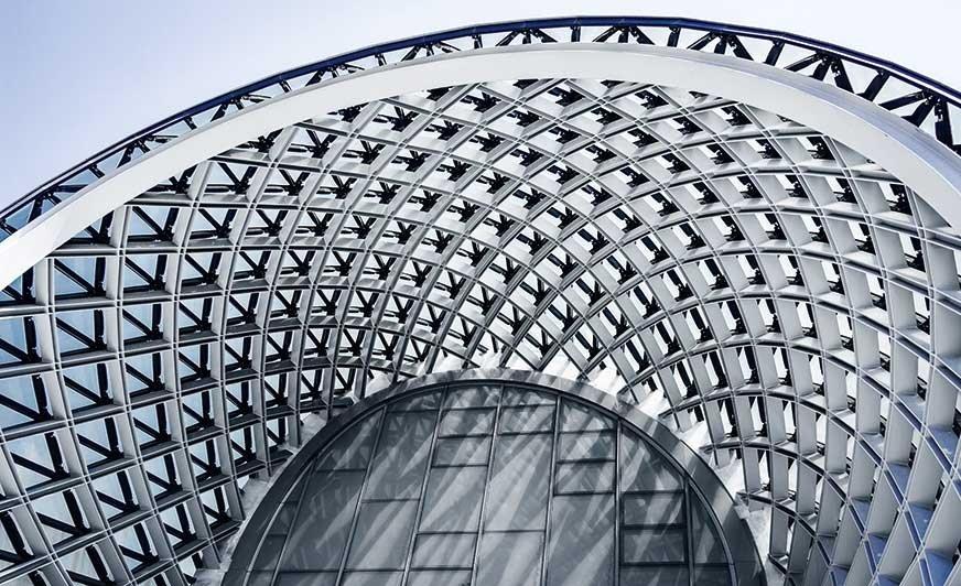 Aluminium znajduje zastosowanie w wielu obszarach przemysłowych, na przykład do tworzenia estetycznej konstrukcji budynku.
