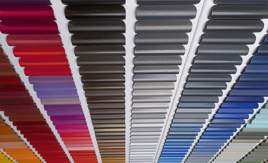 Kolory, efekty, wykończenia i jednostki połysku zostały wybrane z najbardziej popularnych produktów i aktualnych trendów obowiązujących w dziedzinie farb proszkowych.
